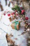 De Kerstmissamenstelling met giftdoos verfraaide groen lint Stock Foto's