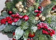 De Kerstmissamenstelling van pijnboom vertakt zich, gouden Kerstmisdecoratie, rode bessen en kunstmatige sneeuw royalty-vrije stock fotografie