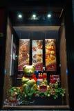 De Kerstmisshowcase in de winkel van chocoladelindt Stock Foto's