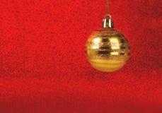 De Kerstmissnuisterij op rood schittert vage achtergrond royalty-vrije stock afbeeldingen