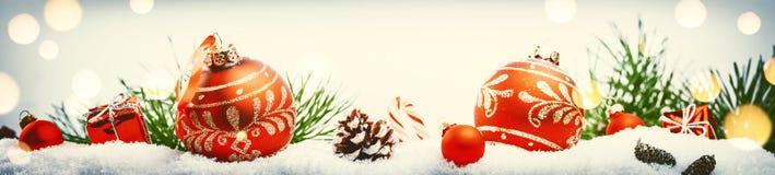 De Kerstmisvakantie die met rode snuisterijen plaatsen en stelt het leggen van I voor Stock Afbeeldingen