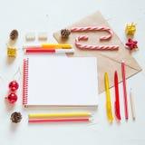 De Kerstmisvlakte lag Het schrijven van een brief aan santa Stock Foto's