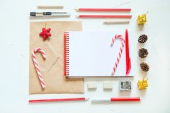 De Kerstmisvlakte lag Het schrijven van een brief aan santa Royalty-vrije Stock Afbeeldingen