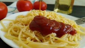 De ketchup van de spaghettiplaat wordt gegoten kaas, heerlijke slow-motion stock footage