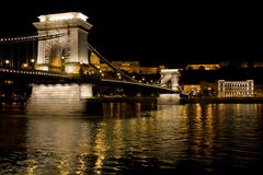 De keten van de nacht brug in Boedapest Stock Foto