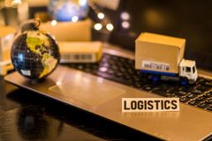 De Keten van de logistieklevering Uitdagingen - van de bedrijfs stillevenlogistiek concept met laptop, telefoon, mini verschepend royalty-vrije stock afbeelding