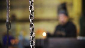 De ketting hangt van het plafond - het lasserswerk bij de installatie stock video