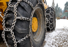 De kettingen van de sneeuw op de grote kierwielen Royalty-vrije Stock Foto's