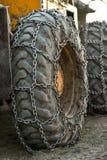 De kettingen van de sneeuwband op groot vrachtwagenwiel stock foto