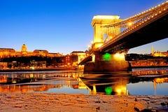 De Kettingsbrug bij zonsondergang over de ijzige Rivier van Donau, Boedapest, Stock Foto