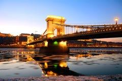 De Kettingsbrug bij zonsondergang over de ijzige Rivier van Donau, Boedapest, Stock Fotografie