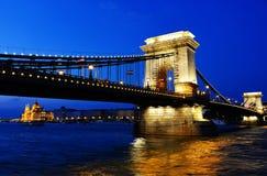 De kettingsbrug en het Hongaarse Parlement bouwen 's nachts Boedapest in Stock Foto