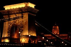 De Kettingsbrug met Buda Castle in Boedapest, Hongarije Stock Foto