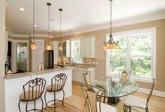 De keuken en de eetkamer van Upscale royalty-vrije stock foto's