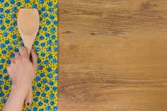 De keuken houten lepel van de handholding De doekservet van de patroonbloem  Royalty-vrije Stock Foto