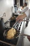 De Keuken van chef-kokpreparing spaghetti in Royalty-vrije Stock Fotografie