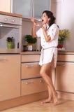 De keuken van de gezinshulp stock foto
