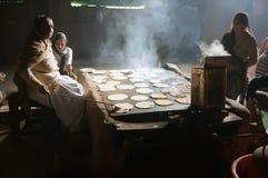 In de keuken van de Gouden tempel, koken de vrouwen, chapati - traditioneel Indisch brood royalty-vrije stock afbeeldingen