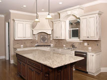 De Keuken van de luxe met het Eiland en het venster van het Graniet Royalty-vrije Stock Fotografie