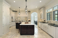 De keuken van de luxe met witte cabinetry stock foto