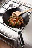 De keuken van de student met gezonde groenten in een wok royalty-vrije stock foto's
