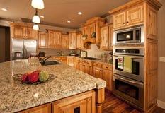 De Keuken van het huis met het Eiland van het Centrum Royalty-vrije Stock Afbeelding