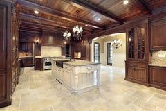 De keuken van Upscale met houten plafonds stock afbeeldingen