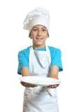 De keukenjongen toont plaat Stock Foto's
