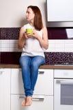 De keukenkop van de vrouwenzitting Stock Afbeeldingen