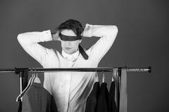 De keus is blind mens in de witte band van de overhemdsgreep op gezicht en ogen stock fotografie