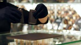 De Keus van de juwelenopslag van gouden juwelen bij de juwelenopslag Bekoorde man verkiest om een verlovingsring te kopen, toont  stock videobeelden