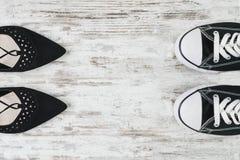 De keus van vrouwen` s schoenen wat om elegant of sportieve conceptie te dragen stock afbeeldingen