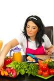 De keusgroente van de vrouw aan kok Stock Afbeelding
