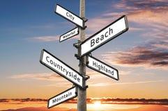 De keuzen van de reisbestemming voorzien, met de achtergrond van de zonsonderganghemel van wegwijzers Royalty-vrije Stock Fotografie