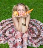 De keuzen van het meisje tussen groente en fruit Stock Afbeeldingen