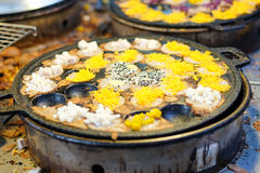 ` De Khanom Krok de ` ou crêpe grillée de farine de riz avec le sésame, la noix de coco et autre dans le fourneau de trou noir, d photo stock