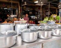 De Khmer markt van het vrouwen verkopende voedsel De stad in van Siem oogst, Kambodja Stock Foto's