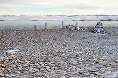 De kiezelstenen op het strand van meerbaikal in de winter onder het ijs Stock Afbeeldingen