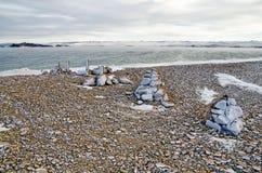 De kiezelstenen op het strand van meerbaikal in de winter onder het ijs Stock Foto's