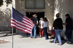 De kiezers bevinden zich in lijn bij opiniepeilingspost Stock Fotografie