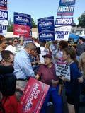 De Kiezers van politicusshaking hands with, die voor Politiek mandaat, de V.S. een campagne voeren Senator Bob Menendez stock afbeeldingen