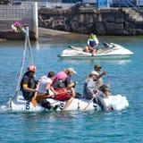 De kijkers letten op aangezien de deelnemers aan water binnen jaarlijks nemen Stock Foto