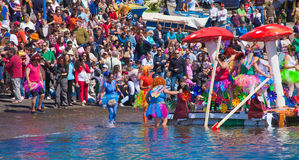 De kijkers letten op aangezien de deelnemers aan water binnen jaarlijks nemen Royalty-vrije Stock Foto