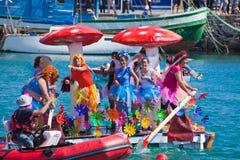 De kijkers letten op aangezien de deelnemers aan water binnen jaarlijks nemen Royalty-vrije Stock Foto's