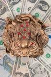 De kikker zit op het geld. Royalty-vrije Stock Afbeeldingen