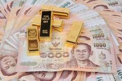 5 de 1 kilogramme La barre d'or sur le baht 1000 de billets de banque de la Thaïlande a niché a Images stock
