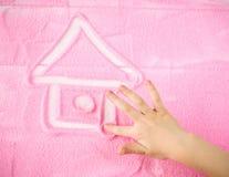 De kind` s hand trekt een mooi huis van uw dromen stock foto's