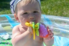 De kind` s tanden worden gesneden De eerste tanden worden gesneden, tegen de achtergrond van groen gras Royalty-vrije Stock Foto's