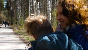 De kind-zoon looppas om zijn moeder te ontmoeten, koestert haar zacht Gelukkige familie, houdende van ouders stock footage