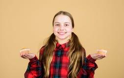 De kinderen aanbidden muffins Geobsedeerd met eigengemaakt voedsel Dieet gezonde voeding en calorie Yummy muffins Meisjes leuk ki stock afbeeldingen
